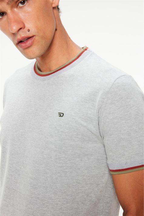 Camiseta-Lisa-College-Cinza-Masculina-Detalhe--