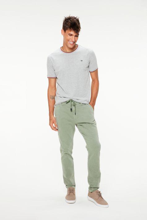Camiseta-Lisa-College-Cinza-Masculina-Detalhe-1--