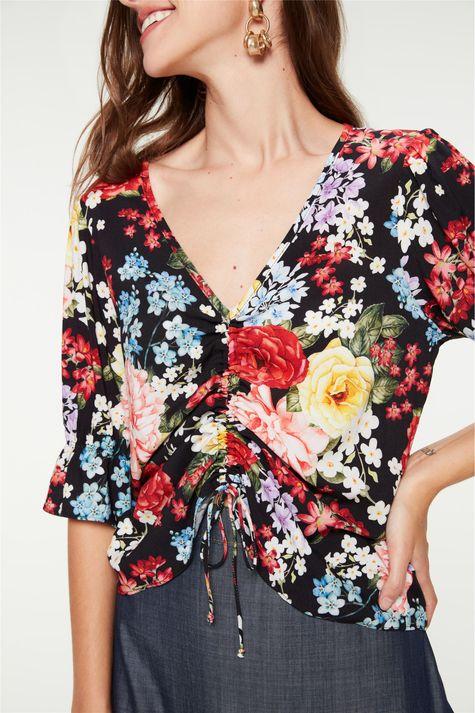 Blusa-Franzida-com-Estampa-de-Flores-Detalhe--