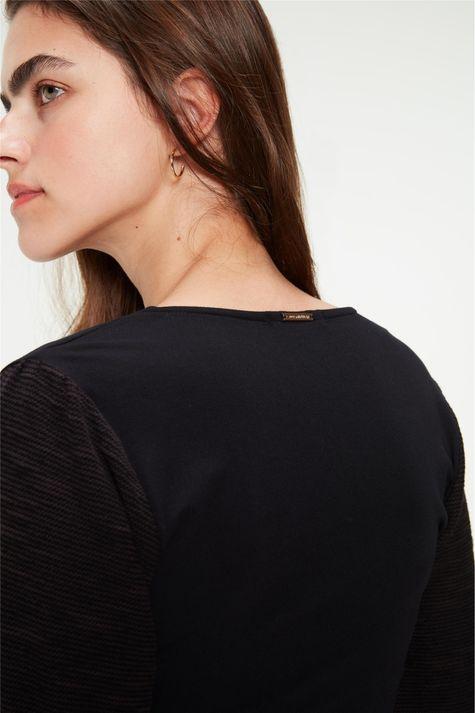 Blusa-com-Pregas-na-Frente-Feminina-Detalhe-1--