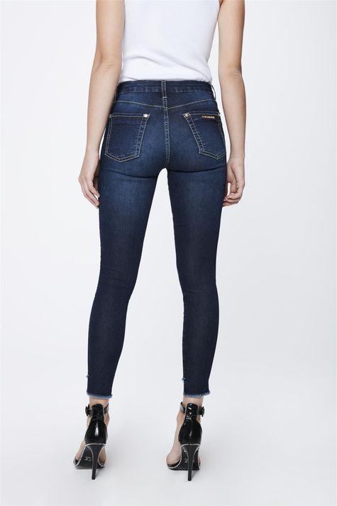 Calca-Jeans-Escuro-com-Barra-Assimetrica-Costas--
