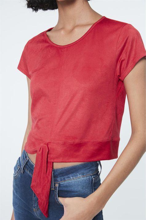 Camiseta-com-Amarracao-na-Barra-de-Suede-Detalhe--