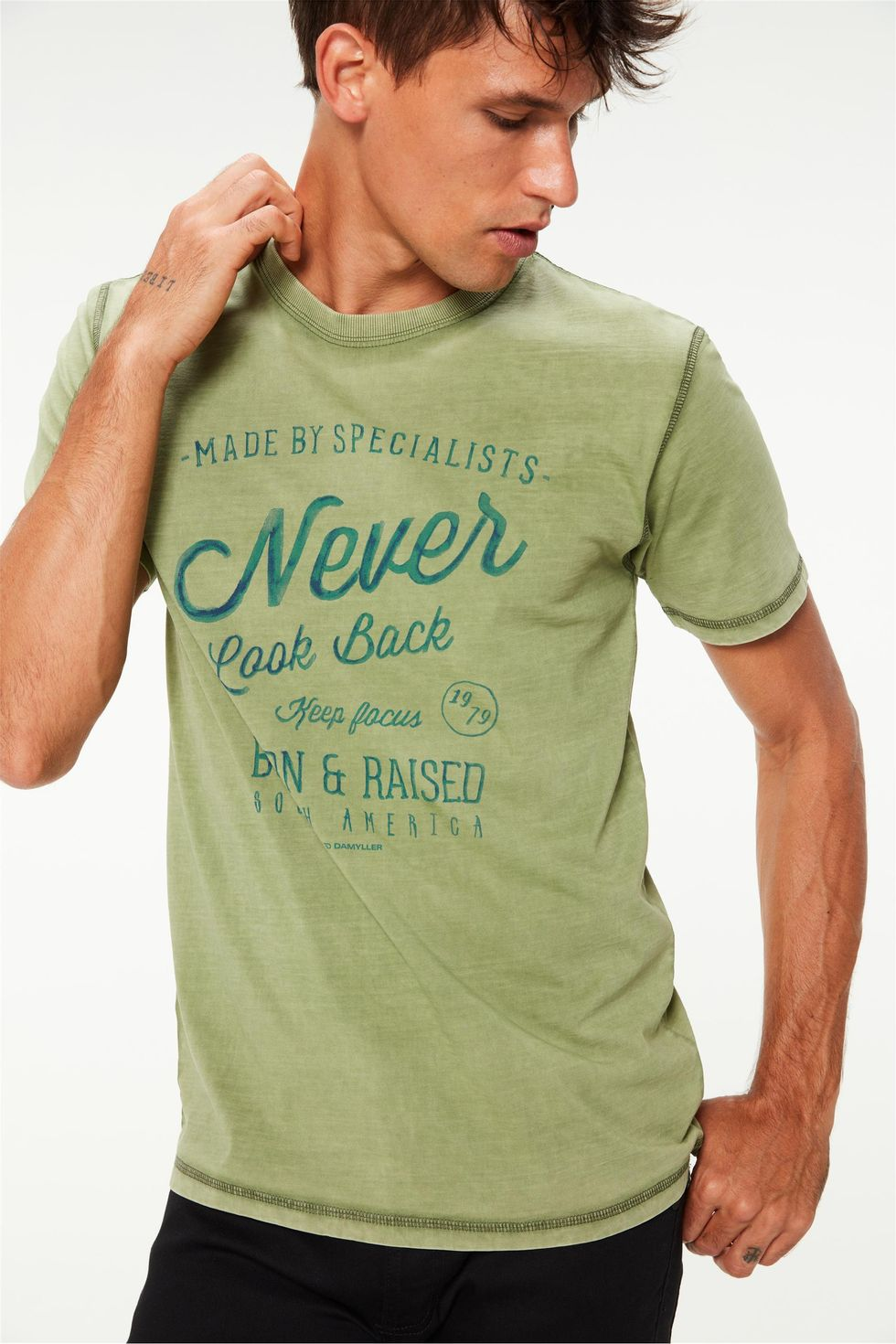 Camiseta-Tingida-Estampa-Never-Look-Back-Frente--