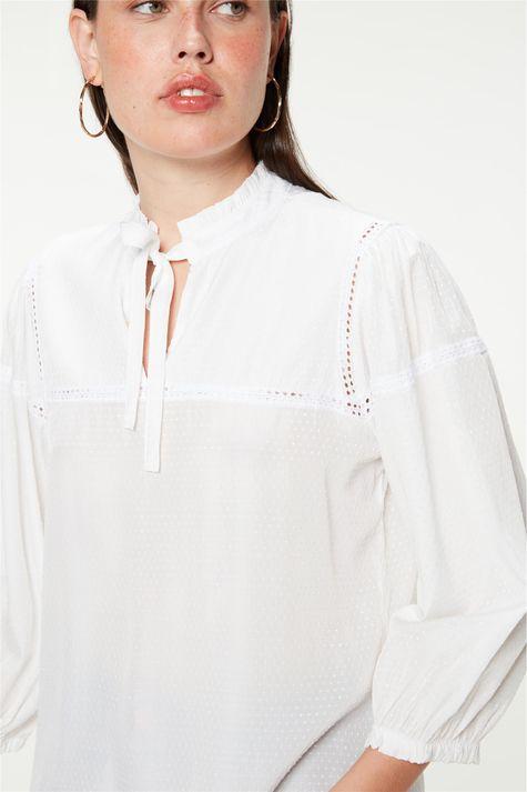 Blusa-Romantica-com-Textura-de-Poa-Detalhe--