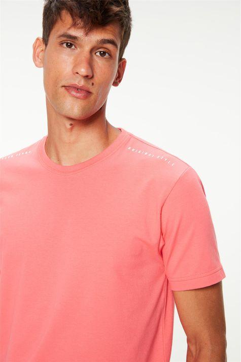 Camiseta-Estampa-nos-Ombros-Masculina-Detalhe--