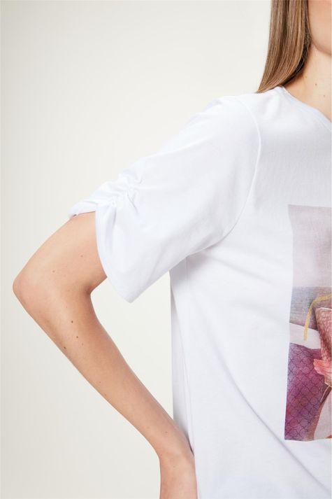 Camiseta-com-Estampa-Skin-Care-Detalhe--