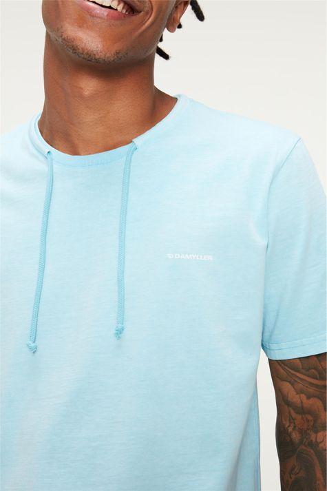 Camiseta-Lisa-com-Cordao-Masculina-Detalhe--