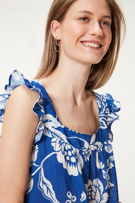 Blusa-Solta-com-Estampa-Floral-Azul-Detalhe--