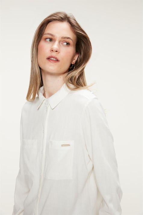 Camisa-Lisa-com-Bolsos-Feminina-Detalhe--