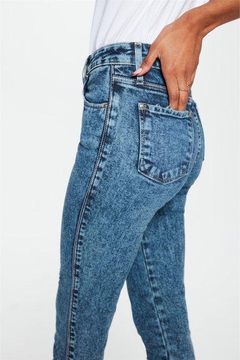 Calca-Jeans-Marmorizada-Skinny-Desfiada-Detalhe-2--