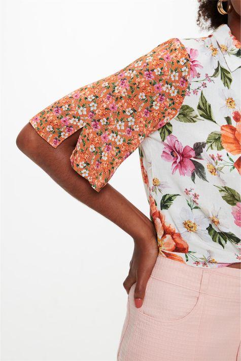 Camisa-Manga-Curta-Estampa-Mix-Florais-Detalhe--