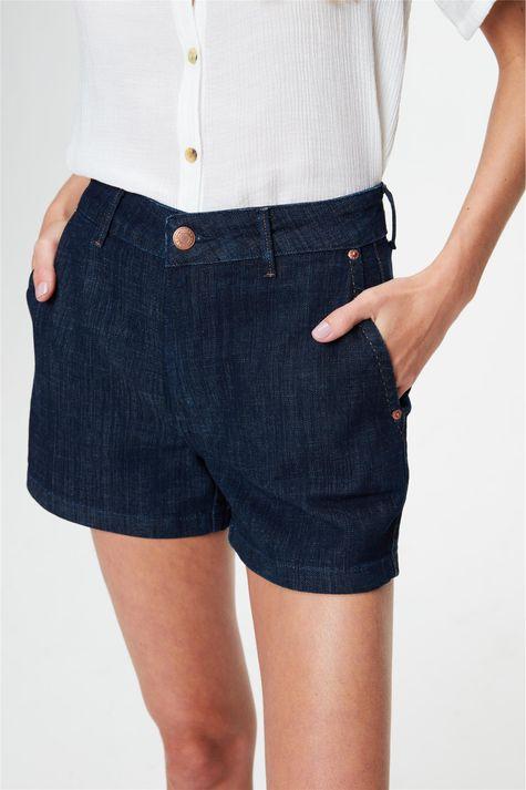 Short-Jeans-Escuro-Amaciado-Solto-Medio-Detalhe--
