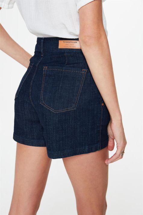 Short-Jeans-Escuro-Amaciado-Solto-Medio-Detalhe-1--