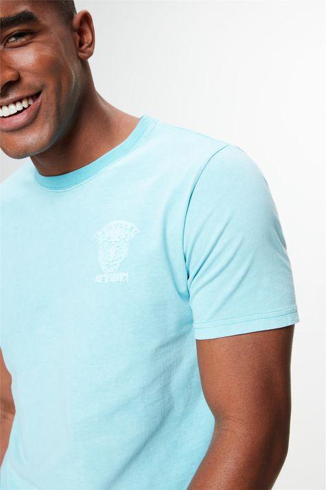 Camiseta-Estampa-Relevo-no-Torax-Detalhe--