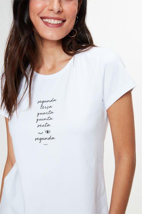 Camiseta-com-Estampa-Dias-da-Semana-Detalhe--